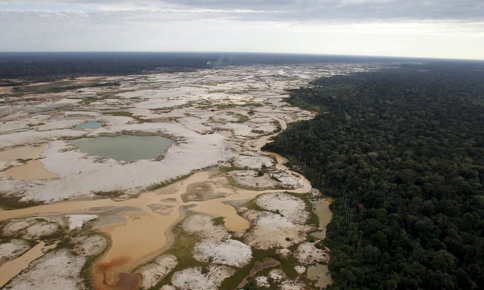 """""""Un área deforestada por la minería ilegal de oro vista en una zona conocida como Mega 14 en la región amazónica peruana meridional de Madre de Dios"""". Leyenda: The Guardian / Foto:  Janine Costa/Reuters"""