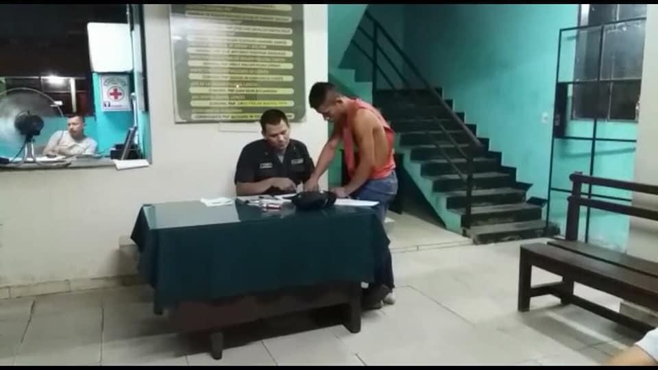 """El asesino """"sometiéndose"""" a la justicia. Imagen: Imagen Pro & Contra"""