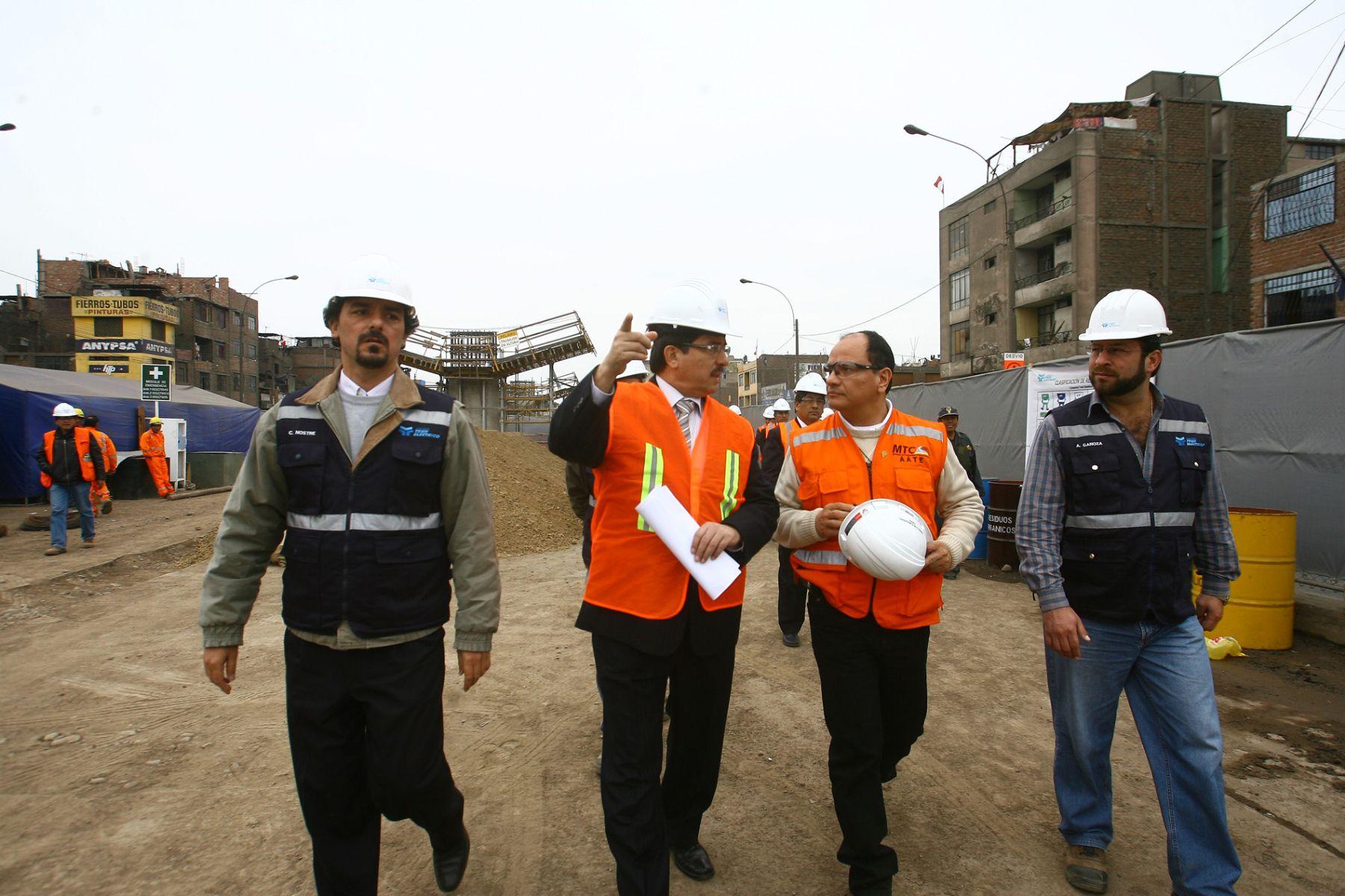 Al centro de la foto, Enrique Cornejo, entonces ministro de Transportes. A su izquierda: Carlos Nostre. Foto: Andina