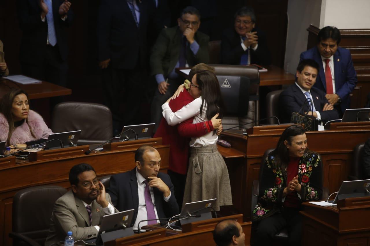 Glave corrió a abrazar a Salgado tras la aprobación del dictamen que propone la paridad y alternancia. Foto: Mario Zapata/ El Comercio
