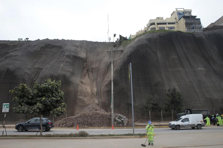 El derrumbe entre la avenida Sucre y la bajada Bertolotto. Arriba, a la derecha, se ve el hotel Inkari Vista Al Mar. Foto: Andina
