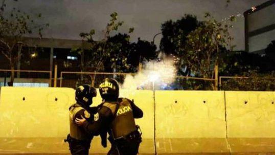 Policías lanzando bombas lacrimógenas hacia la Facultad de Química. Foto: Twitter/@anacarolinazq