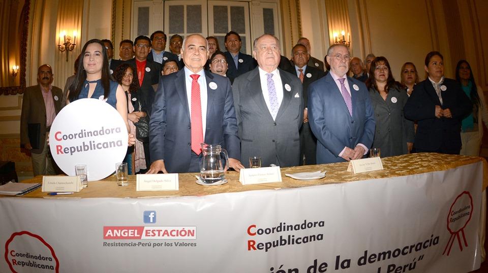 De izquierda a derecha: Ángel Delgado (abogado de Chávarry), Ántero Flóres-Aráoz (Garfield viejo) y Javier Villa Stein (expresidente de la Corte Suprema convertido en fujitroll). Foto: Coordinadora Republicana / Facebook