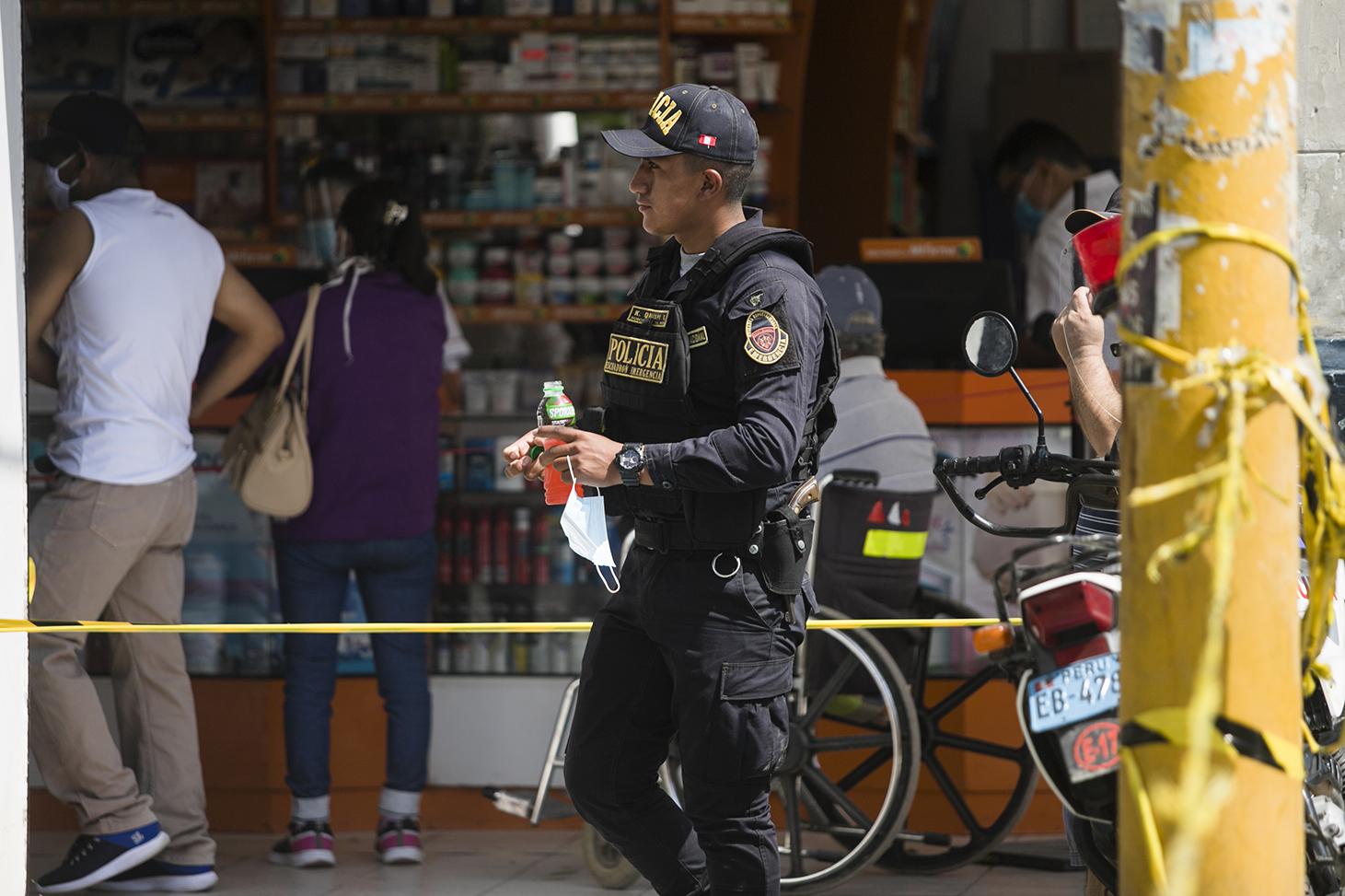 ¿Falta de información?, no es recomendable quitarse la mascarilla en la calle cerca a tantas personas en una avenida aglomerada como Balta donde la gente se acerca a ser pagos en los bancos. La cantidad de efectivos policiales y personal de las fuerzas armadas contagiadas ha incrementado en las últimas semanas.